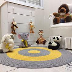 Tapete de crochê Baby Antonio! Tapete redondo nas cores amarelo ouro e cinza, cores tendência. Uma combinação linda , um charme para meninos e meninas. Ótima opção para quartos mistos. O tapete de crochê pode ser lavado na máquina de lavar na opçoes delicados .