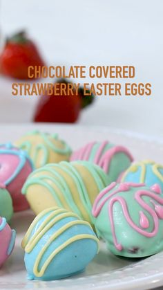Chocolate Covered Strawberry Easter Eggs - These Covered are easy to make and fun to decorate. Chocolate covered strawberries aren't just for Valentine's Day, especially when they are decorated with pastel colors. Easter Deserts, Easy Easter Desserts, Easter Snacks, Easter Appetizers, Easter Treats, Holiday Desserts, Easter Brunch, Easter Food, Easter Salad