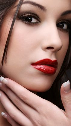 make up guide Glitter neutral make up glam look red Smokey make up glitter;make up brushes guide;make up samples Most Beautiful Faces, Beautiful Lips, Beautiful Women, Stunning Eyes, Mac Red Lipsticks, Mode Poster, The Face, Makeup Photography, Woman Face