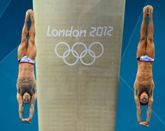 Los británicos Thomas Daley y Peter Waterfield caen completamente en paralelo durante la competición de salto sincronizado masculino desde una plataforma de 10 metros.  CHRISTOPHE SIMON (AFP)