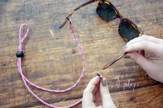 Sunglasses strap diy (going to improvise a little and make some toddler-sized straps! Diy Glasses, Glasses Sun, Eyeglass Holder, Diy Accessories, Diy Jewelry, Beading Jewelry, Diy Fashion, Glass Beads, Sports Sunglasses