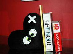 Almofada de coração feita para apoiar livros é vendida por RS 49 no site Elo7.