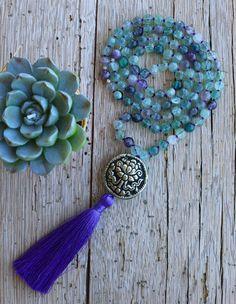 {Mala púrpura, Fluorita granos, grano de plata de flor de loto, joyería tibetana, borla morada, Handknotted, collar de meditación, yoga joyas, boho}  Esta es una hermosa y única mala granos. Se llama la MALA de sanador suave hecho a mano con gemas de Fluorita, una tibetana grano de plata (a mano) con una flor de loto repousse. Es mano anudada con cuerda de seda de color púrpura y una borla de seda de lujo.  FLUORITA verde, esta belleza verde translúcida es un poderoso sanador y protector, de…