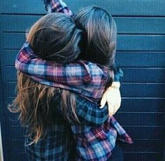 chicas abrazándose