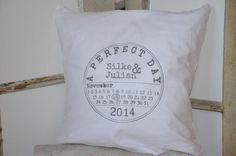 Ihr sucht noch ein individuelles Geschenk zur Hochzeit? Dann ist dieses personalisierte Kissen eine tolle Geschenkidee mit bleibender Erinnerung. Bedruckt mit den Namen des Brautpaares und dem...