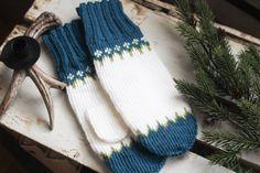 Instruction in both english and Norwegian size M. #knitting #strikk #strikkedilla #Strikkmønster #knittingpattern Knit Mittens, Knitted Hats, Oslo, Yarn Crafts, Fingerless Gloves, Arm Warmers, Knitting, Pattern, Fingerless Mitts