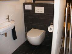 Zwarte stroken 5/10/15x60 op de achterwand van het toilet en bijpassende 60x60 tegels op de vloer (44-IS) Tegelhuys