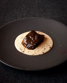 A very melting meat topped with a full-bodied juice, with a polenta of character . This dish Emmanuel Renaut both awakens and makes you want to curl up by the fire. Polenta, Chefs, Gourmet Recipes, Cooking Recipes, Bistro Food, Beef Cheeks, Food Presentation, Food Plating, Food Dishes