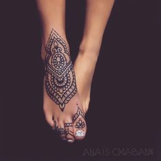 Anais Chabane's Mehndi Style . Ornamental jewelry painting becomes permanent body art here Mehndi comes from ancient Northwest India, today's Pakistan. The origin of this art form goes back to anc Henna Tattoo Hand, Henna Tattoos, Henna Tattoo Designs, Leg Tattoos, Body Art Tattoos, Tribal Tattoos, Tatoos, Home Tattoo, Henna Ankle