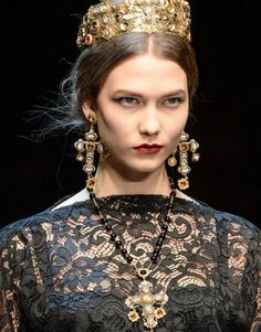 FALL 2013 READY-TO-WEAR Dolce & Gabbana / Domenico Dolce and Stefano Gabbana used the golden mosaics of Sicily's Cathedral of Monreale as a starting point for their new Fall collection. Dolce & Gabbana, Dolce And Gabbana Earrings, Baroque Fashion, Paris Fashion, Runway Fashion, Vogue Fashion, Style Fashion, Christian Lacroix, Mode Baroque
