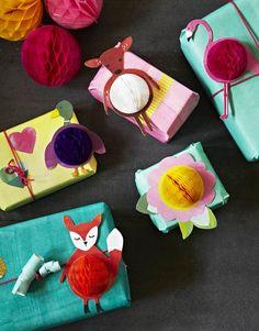 Bolas de nido decorando regalos / Honeycomb balls decorating gifts