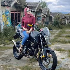 "Hay!! di Instagram ""Gais maapin ya ini foto lama gegara Corona ga nge- trip lagi ☹️"" Hijab Chic, Lady Biker, The Past, Motorcycle, Retro, Sexy, Model, Beautiful, Engineering"