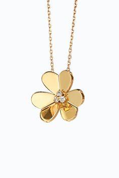 Свежие цветы в букете Van Cleef & Arpels | Украшения | VOGUE Van Cleef Arpels, Gold Necklace, Vogue, Jewelry, Gold Pendant Necklace, Jewlery, Jewerly, Schmuck, Jewels