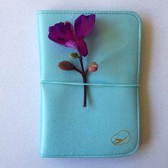 A fofura da capa para passaporte Faux Leather, de couro sintético e com tratamento para não descamar! - Loja Finé - www.lojafine.com