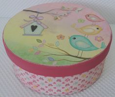 Caixa redonda em MDF decorada com papéis de scrapbook Toke e Crie