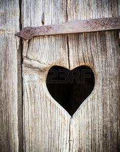 houten hart op een antieke toilet-deur Stockfoto - 16790356