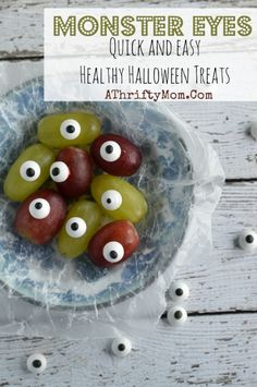 Monster Eyes (Grape Eyes) Quick and Easy Healthy Halloween Treat - A Thrifty Mom - Recipes, Crafts, DIY and Halloween Treats For Kids, Halloween Food For Party, Holiday Treats, Preschool Halloween, Halloween Sweets, Halloween Goodies, Toddler Halloween, Happy Halloween, Fat Bombs Low Carb