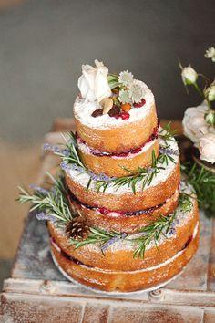 Tour d'horizon de douceurs pour mariage gourmand C'est une génoise à la vanille laissée à nu fourrée de crème chantilly et de confiture décorée avec des fleurs, herbes et noix pour recréer un esprit 'rustique'.