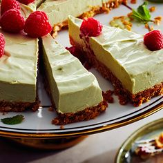 Try something new, with this creamy and delicious no-bake cheesecake recipe. This tropically-inspired spin on a traditional cheesecake features a richly flavoured toasted coconut crust, topped with a creamy avocado and zesty lime cream cheese blend. Avocado Cheesecake, Cheesecake Pops, Avocado Cake, Baked Cheesecake Recipe, Last Minute, Biscuits Graham, Lime Cream, Graham Cracker Crumbs, Toasted Coconut