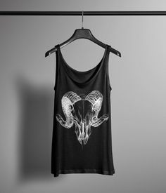 Ehi, ho trovato questa fantastica inserzione di Etsy su https://www.etsy.com/it/listing/227131817/horned-skull-tank-occult-tank-graphic