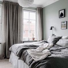 Vi har spikat den grågröna färgen i kommande sovrum också ? Dream Bedroom, Home Bedroom, Bedroom Decor, Modern Bedroom Design, Scandinavian Style Bedroom, Minimalist Bedroom, Trendy Bedroom, Luxurious Bedrooms, My New Room