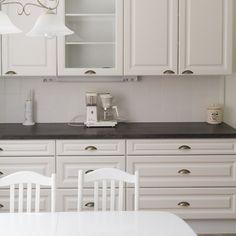Uuden keittiön valkoisen ja harmaan värimaailma on monikäyttöinen sisustajalle.