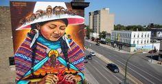 """O coletivo Clandestinos, que conta com artistas brasileiros, pintou recentemente este mural de 20 metros de altura na cidade de Winnipeg, no Canadá. Localizada entre a Main Street com a avenida Higgin, na região de Northend, a obra mostra uma mulher indígena que """"carrega a Terra dentro de si e costura um coração despedaçado"""", segundo a definição do próprio grupo. E há uma mensagem política aí: um dos objetivos da obra é chamar atenção para os casos de assassinatos de mulheres indígenas do…"""