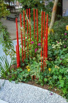 Fer à béton peint en rouge dans un jardin aménagé par le paysagiste Alexandre Tonnerre pour l'édition Jardins jardin 2017.