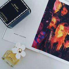 Daisy by Marc Jacobs. Top notes:Strawberryviolet leaves grapefruit gardenia violet petals jasmine petalsmuskvanillewhite woods. Shop online with link in bio #marcjacobsfragrances #daisy #daisyperfume #fragrances #fragranceporn #perfume #fragrantica #perfumelovers #perfumeshop #bblogger #gift #birthdaygift #eaudeparfum #eaudetoilette #onlineshop #parfyme #beautyaddict #designerperfumes