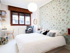 Dormitorio con papel en el cabecero