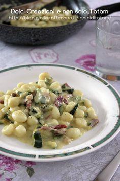 Gnocchi cremosi speck e zucchine sono un primo piatto gustoso, saporito e facilissimo, senza panna, sostituita dalla robiola per un risultato più leggero.