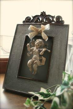 Ravissant cadre avec fronton et angelot petite merveille patiné