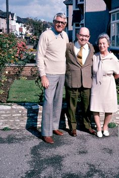 """archiesleach: """" """"Cary Grant poses with an elderly couple while visiting England, """" Old Hollywood Stars, Golden Age Of Hollywood, Vintage Hollywood, Classic Hollywood, Hollywood Party, Hollywood Icons, Vintage Vogue, Vintage Movie Stars, Classic Movie Stars"""