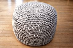 Memento Vivere: DIY: Pattern for crocheted pouf. Chrissy, here's one with an interesting way to finish the bottom (nice if baby body fluids end up on it)
