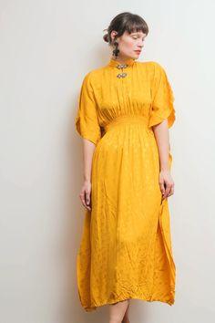 Mustard silk kimono dress - kleiderkreisel.at Silk Kimono, Kimono Dress, Moderne Outfits, Short Sleeve Dresses, Dresses With Sleeves, Mustard, Fashion, Female Fashion, Gowns With Sleeves