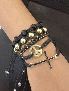 D2500    Kit de pulseira shambalas, confeccionadas em macramé com cordão encerado na cor preta, composto de 5 pulseiras, sendo:  - 1 pulseira de crucifixo com strass jet (pretos)  - 1 pulseira de símbolo da paz dourado  - 1 pulseira de strass jet (pretos)  - 1 pulseira de pérolas douradas  - 1 pulseira de cristais facetados jet (pretos)    > Pode ser confeccionado em outras cores de cordão encerado (cores disponíveis: Amarelo, amarelo cítrico, azul claro, bege claro, bege escuro, café, ...