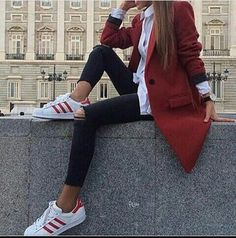 winter outfits formales Edle Winteroutfits Mode Winteroutfits Fall out Mode Outfits, Stylish Outfits, Winter Outfits, Fashion Outfits, Club Outfits, Looks Adidas, Red Trench Coat, Looks Style, Mode Inspiration