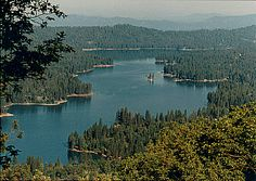 Bass Lake is 14 miles from the south entrance of Yosemite National Park. I lived in Bass Lake back in the The most. Camping Places, Camping Spots, Camping Life, Bass Lake California, California Camping, Yosemite National Park, National Parks, Camping In Washington State, Nevada Mountains