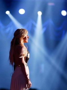 Ellie Goulding performing Beating Heart at the 2014 MTV Movie Awards Mtv Movie Awards, Ellie Goulding, Queen, Female Singers, Her Music, Celebs, Celebrities, Photography Women, Greatest Hits