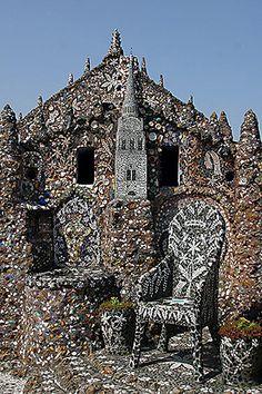 Maison Picassiette à Chartres. La Maison Picassiette est l'œuvre de Raymond Isidore, né à Chartres le 8 septembre 1900. Issu d'un milieu défavorisé, Raymond Isidore s'installe dans une petite maison qu'il construit, dans le quartier de Saint-Chéron. Quelques années après cette installation, lors d'une promenade, il ramasse des morceaux de verre et de porcelaine dont il fait une mosaïque pour décorer  sa demeure.