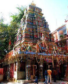 Rishikesh est une petite ville et un conseil municipal dans le district de Dehradun dans l'état du nord de l'Uttarakhand en Inde. Joliment situé là où le Gange descend de l'Himalaya Santo. Rishikesh devenu célèbre par la venue des Beatles pour une visite à l'ashram de Maharishi Mahesh Yogi. Rishikesh est associé à Rama et Laxman.