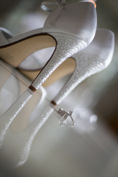 Bride detail photo, wedding shoes and rings