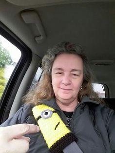 Minion seat belt cover crocheted Crochet Craft Fair, Crochet Car, Crochet For Kids, Crochet Crafts, Crochet Projects, Auto Accessories, Crochet Accessories, Crochet Hooded Cowl, Crochet Things