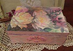 """Caixões feitos à mão.  Mestres Fair - caixão handmade """"E o encanto de rosas.""""  Handmade."""