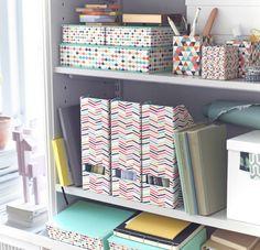 Ein Regalelement, u. a. organisiert mit HEJSAN Zeitschriftensammlern bunt, HEJSAN Dokumentenmappe in Hellblau und HEJSAN Stiftehalter bunt.