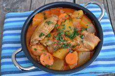 Tocanita de pui cu ceapa si cartofi. Mancare din carne de pui cu cartofi, multa ceapa si suc de rosii, ca la mama. O tocana de pui cu legume, cu carne frageda si suculenta si cu mult sos.  Noi de obicei facem papricas de pui, cu boia (paprika), galuste de faina si smantana, dar …