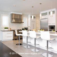 Armoire de cuisine en bois massif, armoire contemporaine blanche Kitchen Cupboards, Kitchen Reno, Kitchen Backsplash, Cuisines Design, Home Staging, Sweet Home, New Homes, House Design, Dining