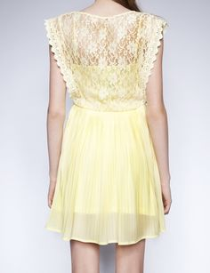 Pale yellow lace dress  for the bridesmaid. Pair with a daisy bouquet. Super Love!