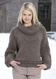 Vamset sweater  i Gotlandsuld  Den skønne, varme sweater er strikket i glat med vrangstriber forneden og en flot, stor krave