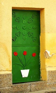 schöne Idee mit dem Blumenpott und die leuchtenden Blüten
